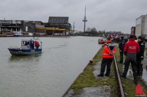 Ein Polizeiboot fährt das Hafenbecken ab. (Foto: th)