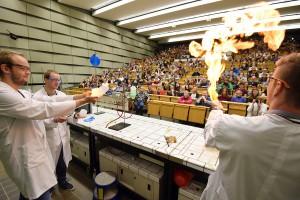 Mit Knalleffekt: Die Experimentalvorlesung in der Chemie. (Foto: WWU / Grewer)
