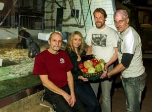 (v.l.:) Peter Bein (stellv. Revierleiter), Dr. Simone Schehka (Kuratorin Allwetterzoo), Bernd Redeker und Reiner Schlag (Gorilla-Bar). (Foto: Allwetterzoo)