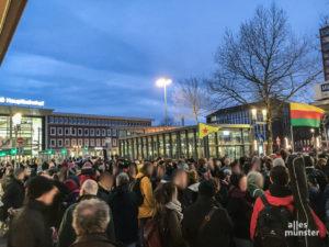 Rund 500 Menschen gedachten spontan den Opfern von Hanau. (Foto: Philipp Schröder)