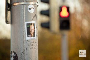Die Sticker kleben dort, wo Menschen warten müssen. Zum Beispiel an Ampeln (Foto: Bührke)