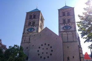 Schon von weitem ist die Arbeit von Pascale Feitner mit zwei Augen an den Domtürmen zu sehen. (Foto: Michael Bührke)