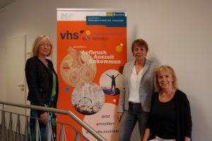 Dr. Susanne Eichler, Fachbereichsleiterin Gesellschaft und Kultur, vhs-Direktorin Dr. Anna Ringbeck und Anke Wermelt, Fachbereichsleiterin Digitale Medien stellen das neue vhs-Jahresprogramm vor. (Foto: vhs Münster)
