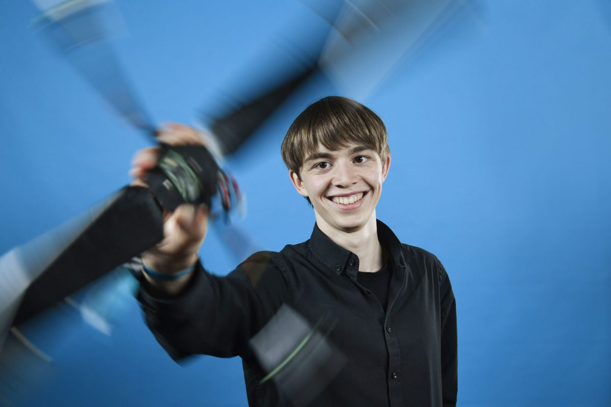 """Erfolg mit der Mini-Drohne: Frederik Dunschen aus Münster hat beim Bundeswettbewerb """"Jugend forscht"""" in Erlangen den 2. Platz in der Kategorie Technik gewonnen. (Foto: Stiftung Jugend forscht e. V.)"""