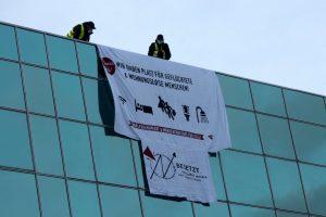 Auf dem Dach des Ibis Hotels wurde ein Transparent ausgerollt. (Foto: Eklat Münster)