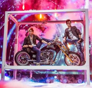 Das Motorrad, das in den Shows der Ehrlich Brothers zum Einsatz kommt, ist sogar straßentauglich, wie Andreas Ehrlich (re.) berichtet. (Foto: Ralph Larmann)