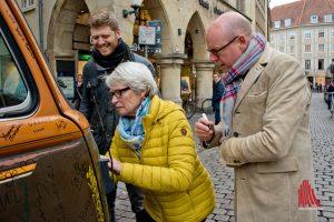 Oberbürgermeister Markus Lewe (re.) und Bürgermeisterin Karin Reismann unterzeichnen auf dem Bus von Grigorij Richters. (Foto: Michael Bührke)