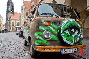 Der bunte Bus ist der Eyecatcher, mit dem Richters die Aufmerksamkeit auf sich lenkt. (Foto: Michael Bührke)