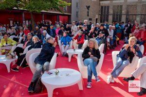 Etwas weniger Gäste als in den Jahren zuvor haben sich auf dem Roten Platz zur Eröffnung eingefunden. Der Stimmung tat das keinen Abbruch (Foto: Bührke)