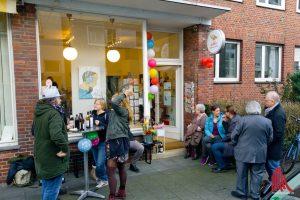 Zur Eröffnung kamen Freunde, Fans und Kollegen in die Südstraße 35A. (Foto: Michael Bührke)