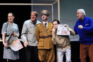 """Das Ensemble von """"Er ist wieder da"""" im Borchert Theater. (Foto: Tanja Weidner)"""