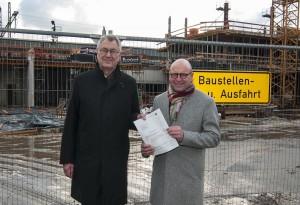 Regierungspräsident Prof. Dr. Reinhard Klenke (li.) überreicht den Förderbescheid an Oberbürgermeister Markus Lewe. (Foto: BR Münster)