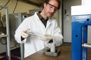 Julian Hasselmann arbeitet am Fachbereich Maschinenbau an verschleißbeständigen Beschichtungen auf Pulverbasis. (Foto: FH Münster/ Theresa Gerks)