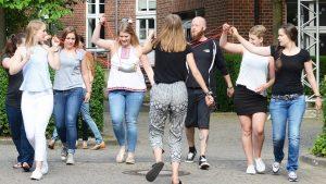 In manchen Seminaren, wie hier am Fachbereich Sozialwesen (noch vor Corona), gehören Bewegungsübungen zwischendurch zum Lehrprogramm. Aber auch der Studienalltag hält Möglichkeiten für Bewegung bereit. (Foto: FH Münster/Anne Holtkötter)