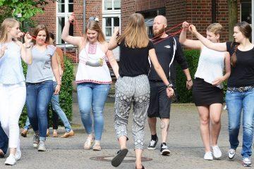 In manchen Seminaren, wie hier am Fachbereich Sozialwesen – noch vor Corona –, gehören Bewegungsübungen zwischendurch zum Lehrprogramm. Aber auch der Studienalltag hält Möglichkeiten für Bewegung bereit. (Foto: FH Münster/Anne Holtkötter)