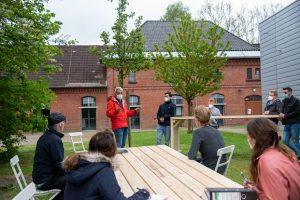 Prof. Dr. Thilo Harth (3.v.l.) unterrichtete seine Studierenden draußen – an den eigens dafür gebauten Tischen. (Foto: FH Münster/ Katharina Kipp)
