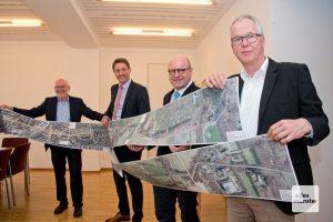 (v.l.:) Amtsleiter Michael Grimm, Robin Denstorff, Markus Lewe und Gerhard Rülle (v.l.) präsentieren die Veloroute Telgte-Münster. (Foto: Michael Bührke)
