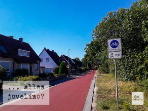 Der Lindberghweg ist Teil der längsten, jüngst rot geteerten Fahrradstraßen-Strecke, aber hier ist der Parkdruck nicht so groß wie in der Innenstadt. (Foto: Ralf Clausen)