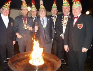Brennen soll er! Die Karnevalisten der Narrenzunft Aasee verbrannnten zum Ende der Session traditionell ihr Maskottchen. (Foto: Christian Grünefeld)