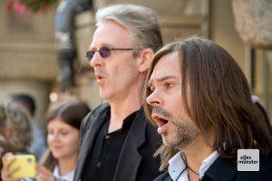 Im schwarzen Anzug stießen diese beiden Sänger zum Chor dazu. (Foto: Bührke)