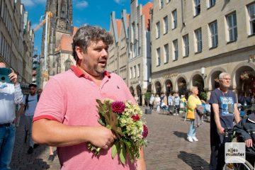 Eben noch Kunde am Blumenstand, dann Opernsänger: Ein Teilnehmer des Flashmobs (Foto: Bührke)