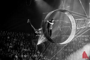"""Da stockt der Atem: die """"Adrenalin Crew"""" in ihrem Todesrad. (Foto: Claudia Feldmann)"""
