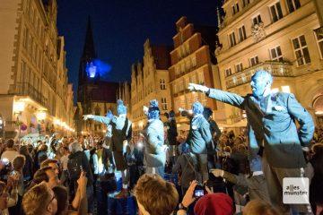 Die blauen Männchen der französische Straßentheater-Gruppe Générik Vapeur eroberten die Stadt, und die ergab sich ihnen mit Applaus. (Foto: Michael Bührke)