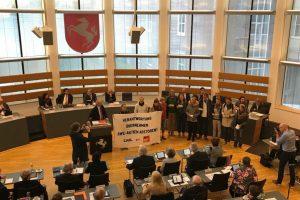 Aktivisten der Klimaschutzgruppe Fossil Free Münster unterbrachen die Eröffnungsrede von LWL-Direktor Matthias Löb. (Foto: Fossil Free Münster)