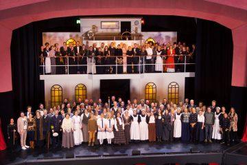 """Das Freie Musical Ensemble 2019 in """"Titanic"""" - ein Bild, das sich zumindest dieses Jahr nicht auf der Bühne der Waldorfschule finden wird. (Foto: Christian Dabringhaus)"""