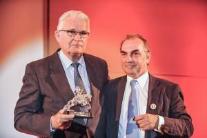 Turnier-Chef Egbert Snoek (re.) überreicht Sönke Sönksen den Preis. (Foto: Thomas Lehmann)