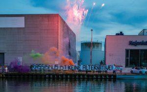 """Zur Halbzeit der Aktionswochen hatten Aktivisten auf der B-Side im Hafen ein Banner mit der Aufschrift """"Rassismus ist keine Alternative!"""" ausgerollt. (Foto: Bündnis """"Keinen Meter den Nazis)."""
