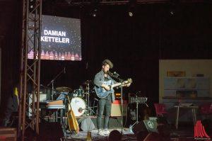 Damian Ketteler - witzig und musikalisch. (Foto: tm)