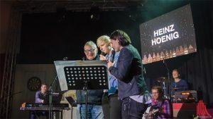 Chrissi und Sarah von OHRENPOST mit Heinz Hoenig auf der Bühne im Jovel Club. (Foto: tm)