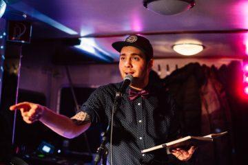 Freddy Allerdisse ist Poetryslammer, Moderator und Veranstalter - und er hofft, dass nach der Corona-Krise wieder alles so wird wie vorher. (Foto: Max Lewe)