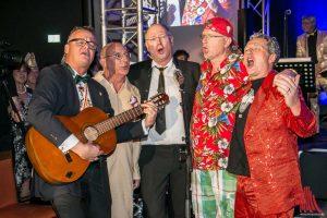Die neuen Senatoren Claus Fiedler (2.v.l.), Christian Krafft (3.v.l,) Marc Zanni (2.v.r) und Jens Thomas (r.) gaben uner Gitarrenbegleitung sogar noch eine gesangliche Einlage! (Foto: Jennifer von Glahn)