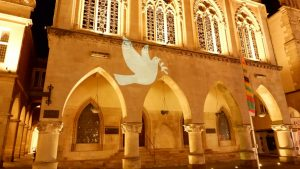 Greenpeace Münster projizierten eine Friedenstaube an das Rathaus, auf der Rückseite einen Regenbogen. (Foto: Greenpeace Münster)