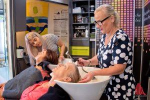 """Anna Hanewinkel (li.) und ihre Mutter Ulrike arbeiteten zusammen mit dem Team des Salons """"Schnittpunkt"""" im Akkord für den guten Zweck. (Foto: Michael Bührke)"""