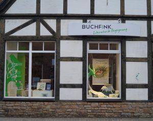 """Die Wolbecker Buchhandlung """"Buchfink"""" stellt den auch in Münster spielenden Roman """"Drachenwinter"""" mit einem Schaufenster vor. (Foto: Rüther)"""
