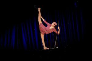 Anne Ward als als Flugbegleiterin auf dem Trapez. (Foto: Alexander Dacos)