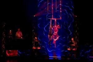 Trapezkünstlerin Samira Reddmann und ihr Ebenbild auf dem LED-Screen. (Foto: GOP-Varieté)