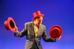Ein alter Hase auf der Showbühne: Kris Kremo ist seit 50 Jahren Jongleur. (Foto: GOP)