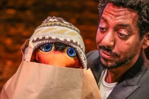 Comedian und Bauchredner Daniel Reinsberg bringt Scholli mit auf die Showbühne, einen mützentragenden Pinguin. (Foto: Frank Wilde)