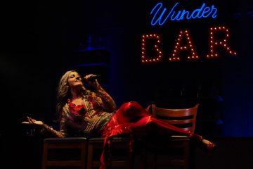 Im Stile eine Grande Dame moderiert und singt Sie durch die Show, Ruth von Chelius. (Foto: GOP)