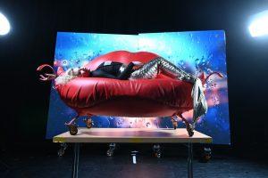 """Schlangenfrau Anastasiia Shymanska liegt zu Beginn der neuen GOP-Produktion """"undressed"""" auf einem roten Sofa. (Foto: GOP)"""