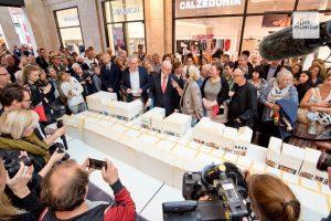 Der Andrang war groß, als der Oberbürgermeister die überdimensionale Torte angeschnitten hat (Foto: Bührke)