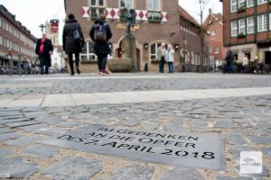 Eine Metallplatte auf dem Gehweg soll am Kiepenkerl an die Opfer der Amokfahrt erinnern. (Foto: Michael Bührke)