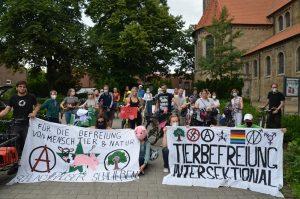 Die Fahrraddemo gegen die Schweinemastanlage bereitet sich auf den Start in Hiltrup vor. (Foto: Tierrechtstreff Münster)