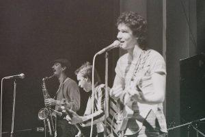 Geier Sturzflug im ehemaligen Jovel Cinema, 1982, mit dem WDR-Musikjournalisten 'John' Klaus Fiehe am Saxophon (Foto: Archiv Geier Sturzflug)
