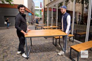 """Erkan Ular (l.) freut sich über die """"Tischspende"""" von Christopher Krimphove (r.) (Foto: Michael Bührke)"""
