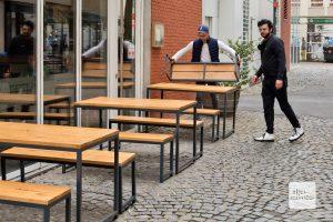 Beim Aufbau achten die beiden Gastronomen genau auf die einzuhaltenden Abstände unter den Tischen (Foto: Michael Bührke)